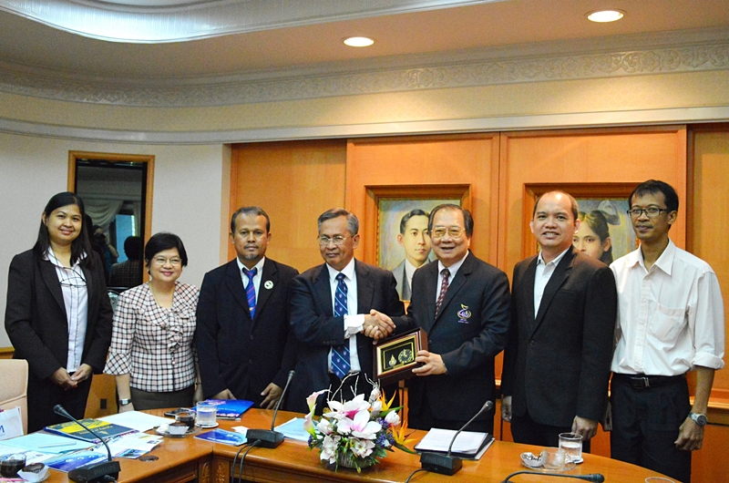 Vice Chancellor of UTHM honors PSU